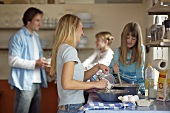 Junge Familie beim Backen in der Küche