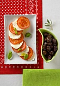 Antipasto caprese (Tomatoes, mozzarella and black olives)
