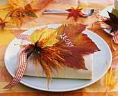 Serviettendekoration aus Herbstlaub (Ahorn- und Weinblatt)