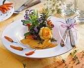 Kleines Rosengesteck mit Kräutern als Tellerdeko