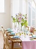 Festlich gedeckter Frühlingstisch mit Ingwer-Sekt