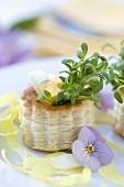 Blätterteigpastetchen mit Eiern und Kresse gefüllt