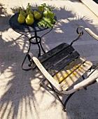 Gartenstuhl und Gartentisch mit Birnen