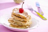 Apfel-Pancakes mit einer Cocktailkirsche