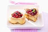 Heart-shaped puff pastries filled with red- & blackcurrants