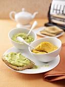 Avocadopüree auf Toastbrot und Linsenpüree