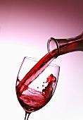 Rotwein eingiessen