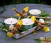 Teelichter mit Blüten von Odontoglossum & Zwergbambusblättern
