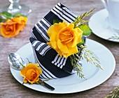 Serviettendeko mit gelber Rose und Gräsern