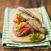 Roggenbrötchen mit Lachsschinken und Paprika
