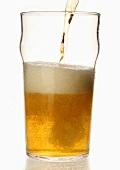 Ein Glas Lager-Bier einschenken, England