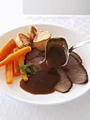 Roastbeef mit Bratensauce, Karotten und Kartoffeln