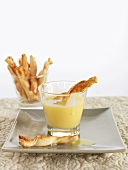 Cinnamon straws with white chocolate sauce