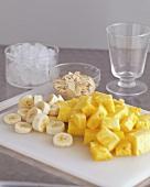 Ananasstücke, Bananenscheiben und Mandelblättchen