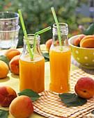 Aprikosensaft und frische Aprikosen