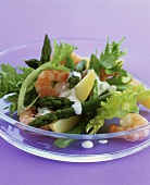 Green asparagus with prawns, potatoes and salad leaves