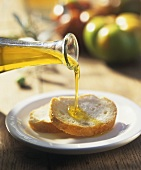 Pane e olio (Drizzling white bread with olive oil, Italy)