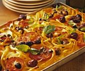 Makkaroniauflauf mit Tomaten, Oliven, Kapern & Basilikum
