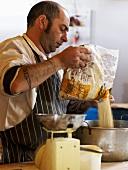 Bäcker bereitet Flapjacks auf einem Bauernmarkt in England zu