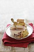 Pistaziengebäck und eine Tasse Tee