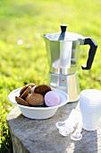 Kekse, Kaffeekanne, Plastikbecher und Plastiklöffel