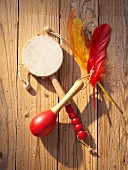 A drum, a maraca and feathers for a Western-themed party