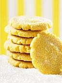 Zitronenplätzchen mit Zucker, gestapelt