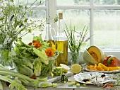 Sommersalat mit Zutaten auf Fensterbank