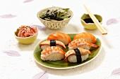 Nigiri Sushi mit Lachs, Aal und Garnele, eingelegter Ingwer und Algensalat