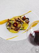 Bauchfleisch mit Tintenfisch und Currysauce