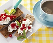 Cottage cheese and redcurrants on crispbread