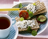 Wholemeal rye crispbread with cottage cheese