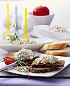 Brot mit Eieraufstrich und mit Schafskäseaufstrich