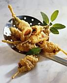Schinkenröllchen mit Salbei in Teig frittiert