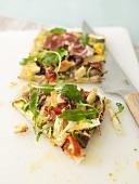 Zwei Stücke Gemüsepizza