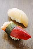 Zwei verschiedene Nigiri-Sushi (Muschel, Makrele)