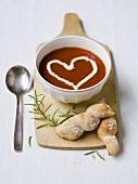 Tomatensuppe mit einem Herz aus Sahne und Brot