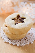 Mince pies sprinkled with sugar (Christmas)