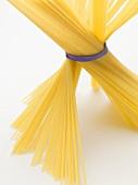 Ein Bündel verdrehter und aufgestellter Spaghetti