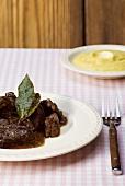 Carbonade con polenta (Rinderragout mit Polenta, Italien)