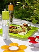 Gegrillte Riesengarnele mit Limetten auf Tisch im Freien