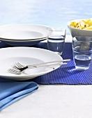 Sommerlich gedeckter Tisch in Blau und Weiss