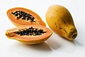 Papayas, ganz und halbiert