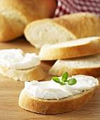 Ciabatta-Brot-Scheiben mit Frischkäse