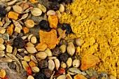 Curry Mischung, ganz und gemahlen