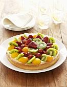 Obstkuchen mit Aprikosen, Kiwi, Erdbeeren und Weintrauben