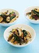 Pilzpfanne mit Spinat auf Reis