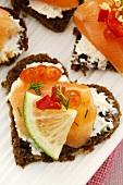 Herzförmige Canapes mit Räucherlachs und Kaviar