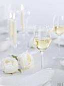 Weissweinglas auf festlich gedecktem Tisch