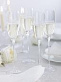 Champagner auf festlich gedecktem Tisch